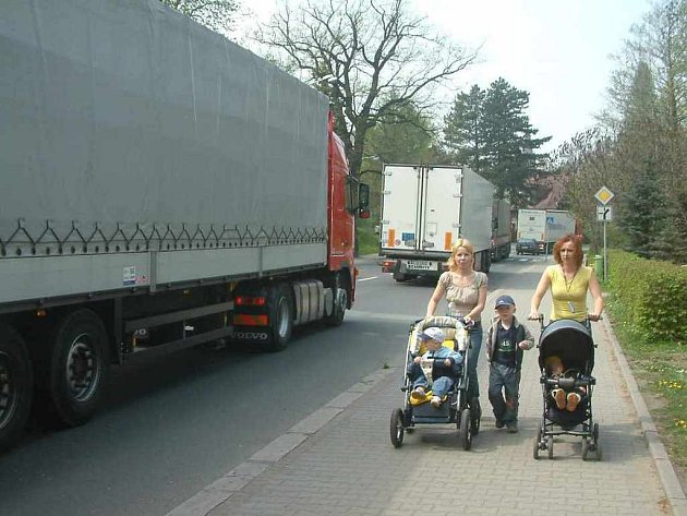 Maminky s dětmi jdou centrem Třince.