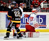 Třinečtí hokejisté (v bílém) proti Litvínovu.