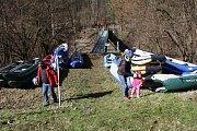Několik stovek vodáků dorazilo v sobotu 30. března pod hráz vodní nádrže Šance, aby se zúčastnili březnového sjezdu řeky Ostravice.