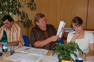 Zastupitel obce Dobrá Jiří Kaňok, místostarosta Ladislav Žurek a starostka Alice Tancerová (zleva) na ilustračním snímku.