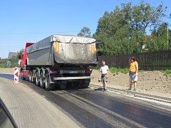 Práce na silnici mezi Frenštátem pod Radhoštěm a Čeladnou.