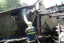 Hašení požáru stodoly.