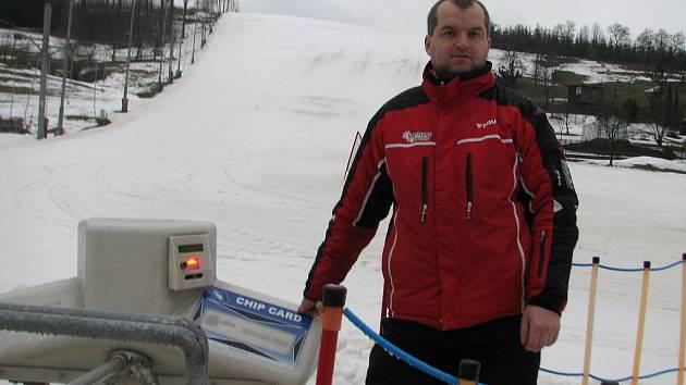 """Vlekař i areál v Bukovci jsou připraveni. Za okamžik začne další """"lyžařský"""" den."""