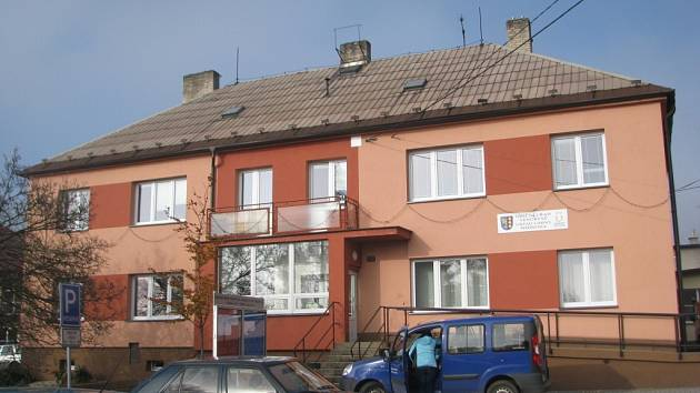 Obecní úřad ve Vendryni, který sousedí s budovou základní školy.