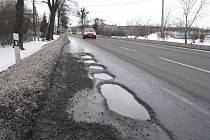 Na stávající silnici I/11 v Třinci-Oldřichovicích se po zimě objevily obří díry.