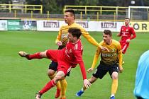 Třinečtí fotbalisté (v červeném) prohráli v Sokolově, aniž by dali gól.
