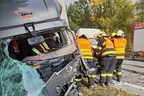 Vyproštění dvou řidičů u nehody 3 vozidel v Ostravici pod přehradou Šance.
