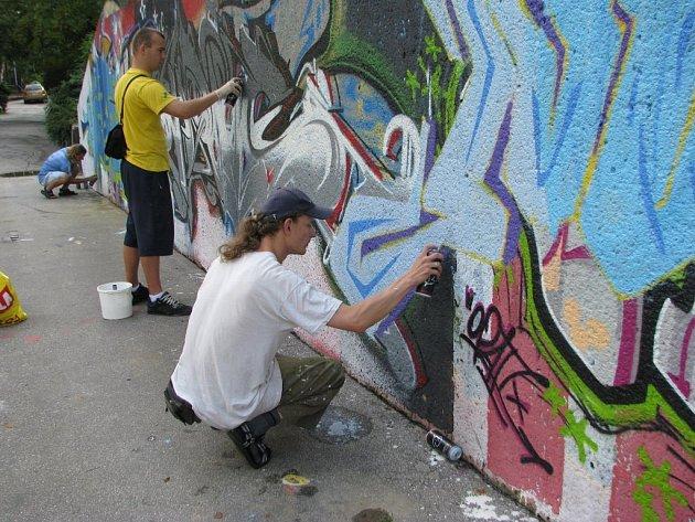 Eurocamp 2008. Mladí umělci z Německa, Itálie, Španělska a České republiky loni vytvořili graffiti na jedné z legálních stěn ve Frýdku–Místku.