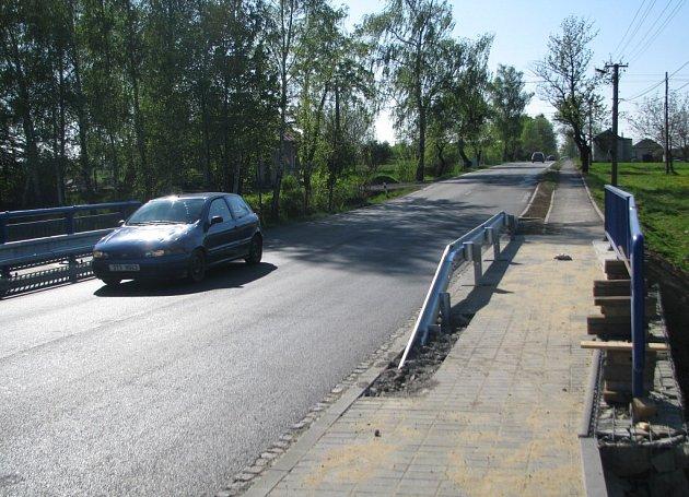 Přes mostek v Ropici-Zálesí se už jezdí oběma směry.