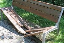 Naposledy padlo za oběť vandalům zábradlí dřevěného mostu v třineckém lesoparku. Často bývají zničené i lavičky.