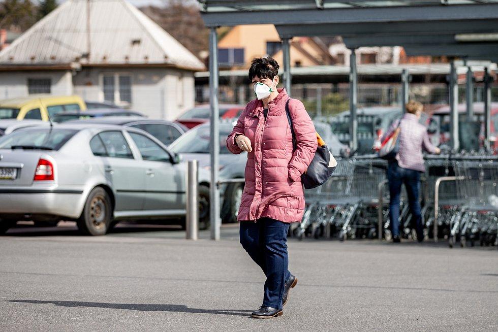 Situace v obchodech během celostátní karantény v Česku.