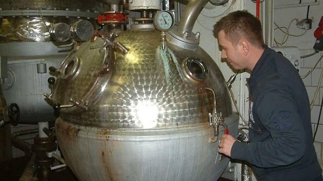 """Destilační přístroje a zařízení palíren mnohdy připomínají tajemnou alchymistickou laboratoř. Výsledkem snažení tu však nebývá kámen mudrců, nýbrž """"ohnivá voda""""."""