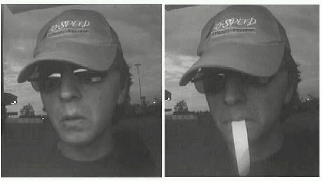 Snímek zachycuje zloděje, jenž právě vybírá peníze z bankomatu pomocí platební karty, kterou odcizil ze stanu v autokempu na Olešné ve Frýdku-Místku.