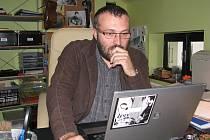 Petr Korč ve své pracovně