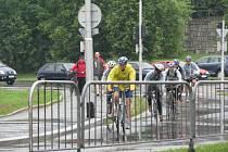 Cyklisté přijíždějí k budově frýdecko-místeckého magistrátu.