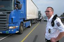 Vážení kamionů, které jezdí po silnici I/11, by mohlo začít v říjnu. Ilustrační snímek.