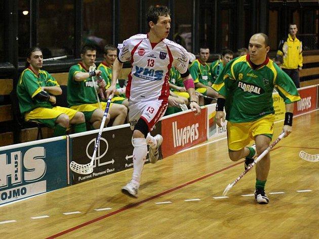 Miroslav Holenka (vpravo) v zápase proti Znojmu.