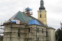 Dominanta obce, kostel sv. Jiří v Dobré, se dočkala generální opravy.