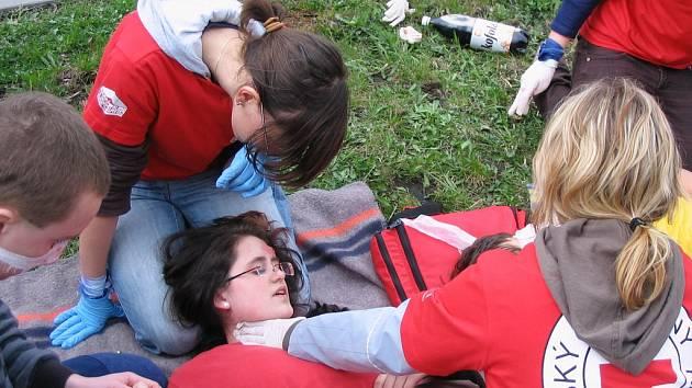 Nárazník vagonu zaklíněný v osobním automobilu, desítky naříkajících zakrvácených zraněných a mezi nimi hasiči a záchranáři. To byl v sobotu obrázek ostravického vlakového nádraží.