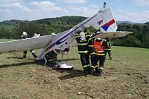 Zásah hasičů u havarovaného letadla.