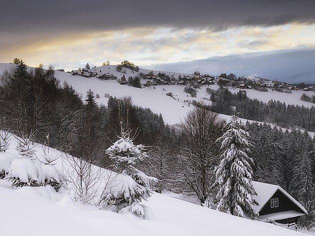 Zima vhorách nabízí krásné výhledy. Snímek je zHrčavy.