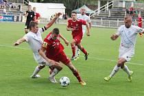 Frýdecko-místečtí fotbalisté (v bílém) byli v derby šťastnější, když díky Biolkovy hlavičky zvítězili nad Třincem 1:0.