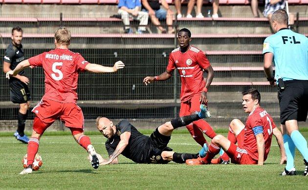 Třinečtí fotbalisté (včerveném) remizovali sBrnem 1:1.