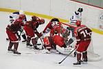 Prvoligovým hokejistům Frýdku-Místku (v červeném) se doma příliš nedaří. Naposledy Frýdečtí podlehli Mostu 2:4.