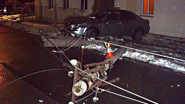 5idič Fordu porazil elektrický sloup a plynovou přípojku.