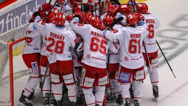 Oceláři se radují z postupu přes Plzeň do finále hokejové extraligy.