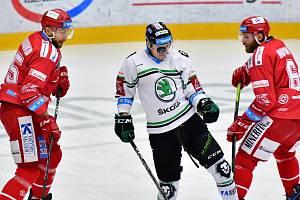 Oceláři (v červeném) obětavě bránili a v Mladé Boleslavi uzmuli všechny body.
