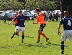 Raškovičtí fotbalisté (tmavé dresy) na domácím hřišti nezaváhali, když o víkendu zdolali béčko Petrovic 2:1.