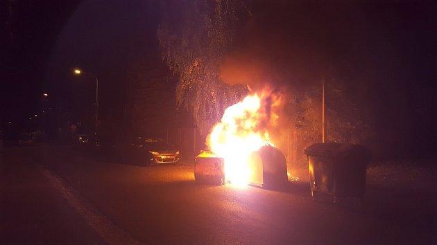 Oheň zničil kontejnery.