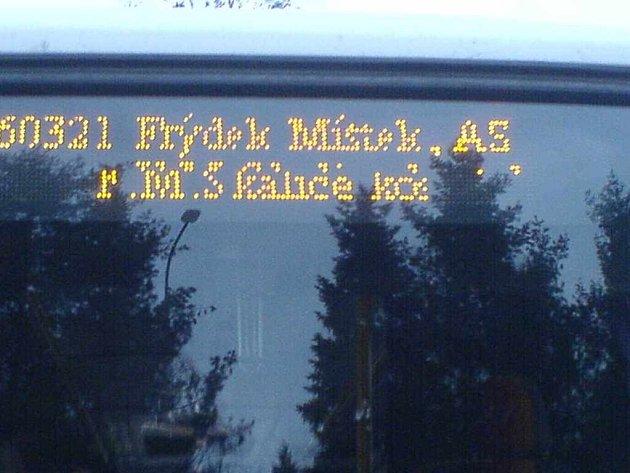 Nové údaje na světelných tabulích autobusů někdy nelze ani přečíst.