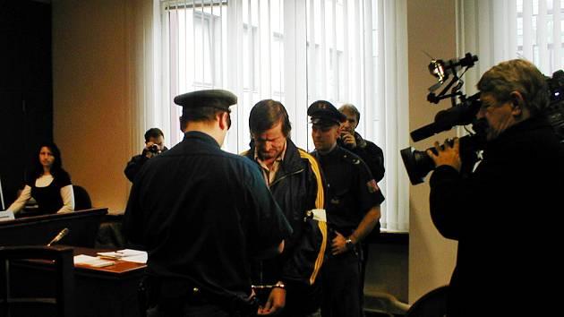 Milan Vatral (uprostřed) v soudní síni.