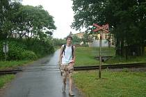 Žák přechází nechráněný železniční přejezd, na kterém v červnu v roce 2006 srazil osobní vlak mladého cyklistu, jemuž uřezal nohu a část ruky.