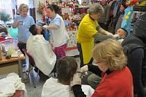 Dobrovolníci ADRY mimo jiné pomáhají třikrát do roka stříhat bezdomovce.