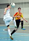 Třinečtí futsalisté (bílé dresy) poslední zápas v základní části zvládli a zahrají si tak v play-off.