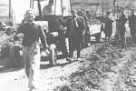BRIGÁDY v rámci Akce Z se ve Lhotce konaly o sobotách a nedělích, občané pracovali zdarma. Jiná možnost zvelebení obce nebyla.