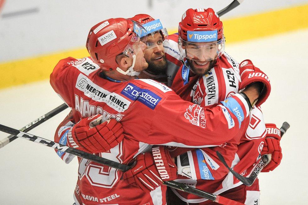 Utkání 2. kola hokejové extraligy: HC Oceláři Třinec - HC Plzeň (10. září 2017) - Tomáš Marcinko, Martin Adamský a Martin Růžička.
