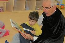 Dalibor Kališ se v minulosti zúčastnil ve frýdecko-místecké školce Kouzelný svět projektu Celé Česko čte dětem.