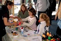 Velikonoční jarmark v Třinci dětem také nabízí, aby si vyzkoušely nazdobit vajíčka.