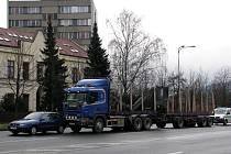 Srážka osobního vozu s kamionem Scania mírně omezila provoz v pondělí 22. prosince po půl desáté dopoledne na Janáčkově ulici ve Frýdku-Místku.