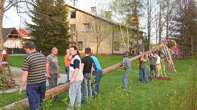 Stavění Máje v Nižních Lhotách slibuje vždy dobrou zábavu. Jde o jednu z akcí, kterou připravují místní hasiči.