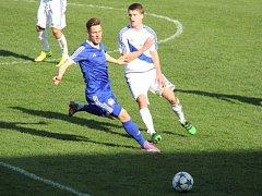 Fotbalistům Frýdku-Místku (bílé dresy) se v jarních odvetách daří. Před domácími fanoušky si tentokráte poradili s béčkem Olomouce 2:1.