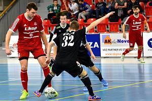 Prvoligoví futsalisté Třince (v červeném) nestačili doma na českolipské Démony.