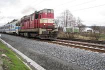 Vlak projíždí v Bystřici po modernizované trati. Výstavba koridoru se po třinácti měsících pomalu přesouvá k dalším obcím.