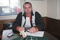 Slavomír Košťál, který podle soudu zavinil neobvyklou nehodu u sanatoria v Jablunkově, je od pátku ve vězení. Na snímku sedí v jablunkovském café baru, který hraje v jeho případu podstatnou roli.