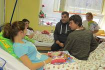 Miroslav Etzler a Martin Kraus zavítali mezi děti ve frýdecko-místecké nemocnici.