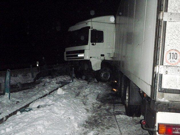 V sobotu 21. února ráno zasahovali hasiči z Frýdku-Místku a Nového Jičína u nehody kamionu DAF s prázdným mrazírenským návěsem, který skončil ve svodidlech na mostě v Rychalticích.